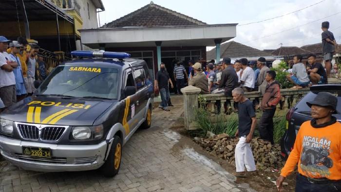 Auatik (34) ditemukan dalam kondisi leher terluka. Keluarga bersama warga mengevakuasi dia ke rumah sakit untuk mendapatkan pertolongan.