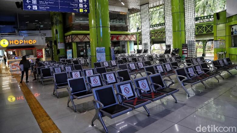 Sesuai arahan Kemenhub, seluruh moda transportasi di Indonesia kembali dibuka sejak Kamis (7/5). Walaupun begitu, suasana di Stasiun Gambir masih kosong dan lengang.