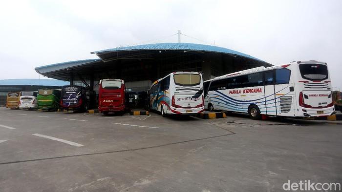 Kepala Korps Lalu Lintas Polri Inspektur Jenderal Istiono bersama dirjen perhubungan darat Budi Setiyadi melakukan inspeksi ke Terminal Pulo Gebang, Jakarta, Sabtu (9/5/2020).
