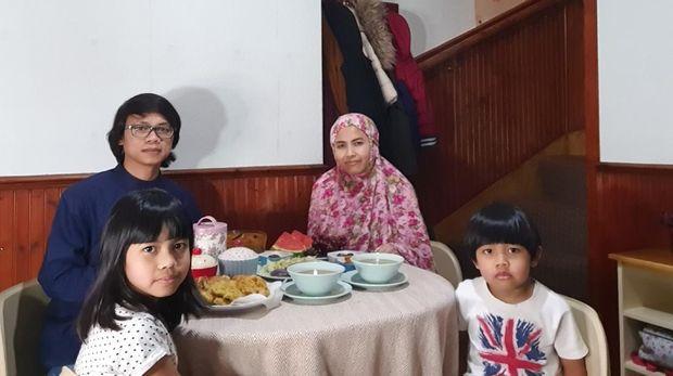 Penulis berbuka bersama dengan keluarga