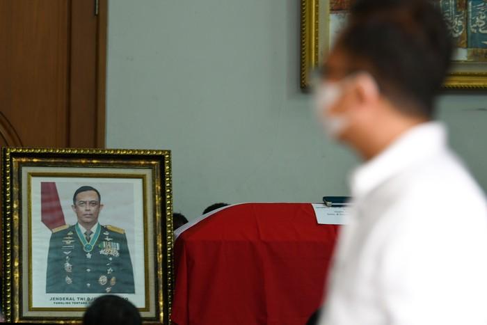 Eks Panglima TNI Jenderal (Purn) Djoko Santoso tutup usia. Djoko mengembuskan napas terakhir usai dirawat beberapa hari pascaoperasi karena pendarahan di otak.