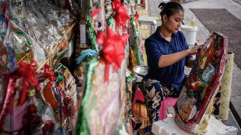 Pedagang parsel menunggu pembeli di Barito, Jakarta, Minggu (10/5/2020). Menurut keterangan para pedagang, di tengah pandemi COVID-19, penjualan parsel lebaran menurun 80 persen dari tahun sebelumnya. ANTARA FOTO/Rivan Awal Lingga/foc.