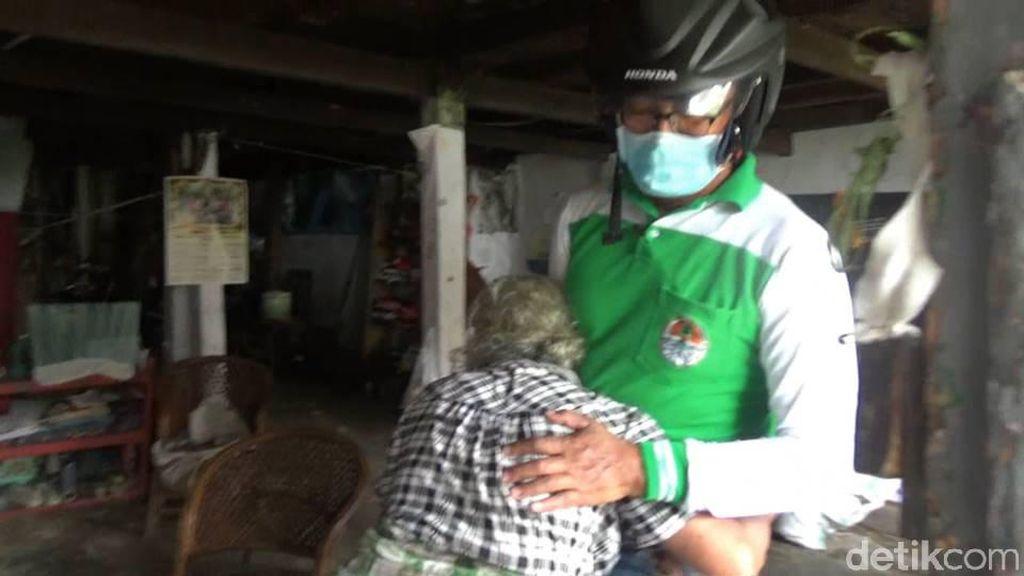 Tangis Haru Nenek Helena Dapat Sembako di Tengah Pandemi Corona