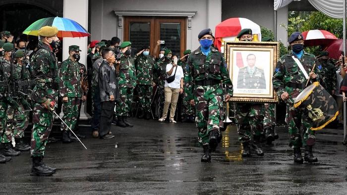 Jenazah Jenderal TNI (Purn) Djoko Santoso akan dimakamkan di pemakaman San Diego Hills, Karawang. Upacara pelepasan jenazah pun dilakukan di rumah duka.
