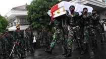 Potret Panglima TNI Hadi Tjahjanto Pimpin Upacara Pemakaman Djoko Santoso
