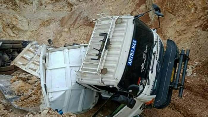 Truk rusak tertimbun longsor di Bandung Barat