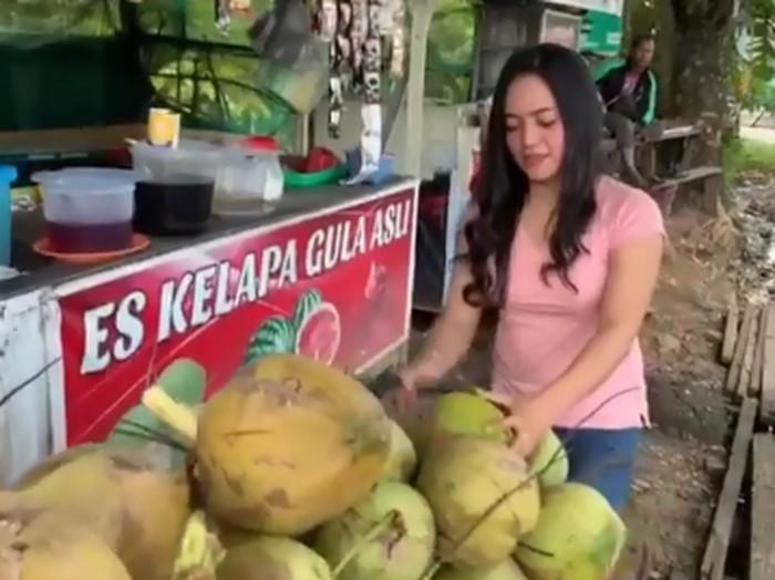 wanita cantik penjual es kelapa