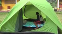 Tenda berbentuk dome tersebut, dipasang dengan alas palet untuk menghindari air masuk dari bawah tenda. Area di sekitar lokasi tenda, dipasang pita kuning memutar sebagai pembatas. (dok Istimewa)