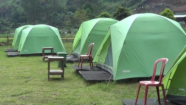 Kepala Desa Berjo Suyatno menyiapkan 12 tenda berjejer di tepi telaga, lengkap dengan kasur dan lampu portable. (dok Istimewa)