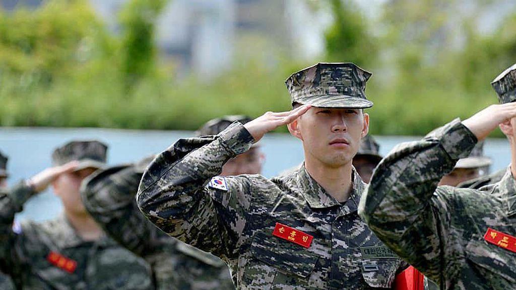 Foto: Aksi Son Heung-min Jadi Tentara, Angkat Senjata