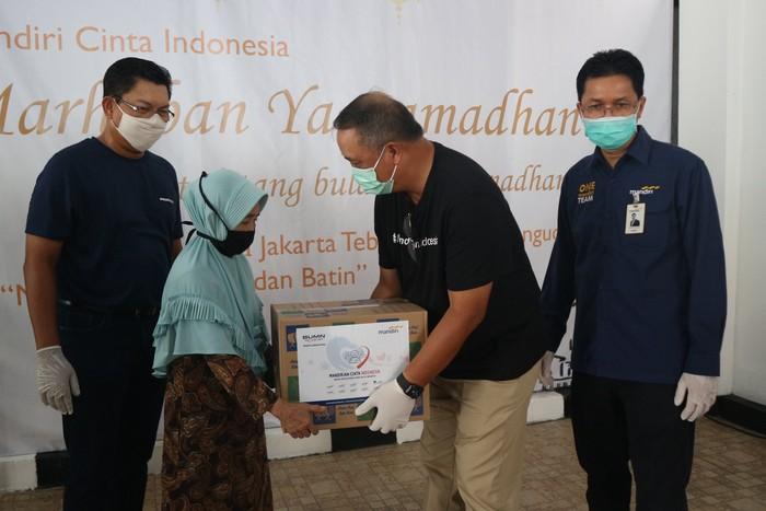 Bank Mandiri membagikan 6000 paket bantuan sembako yang diberikan kepada masyarakat terdampak pandemi COVID-19.