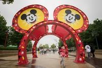 Sejumlah turis tampak mendatangi Disney Town di kawasan Shanghai, China, pada Selasa (5/5) lalu. Seperti diketahui, Disneyland Shanghai kembali dibuka secara bertahap usai ditutup selama beberapa waktu guna mencegah penyebaran virus Corona.