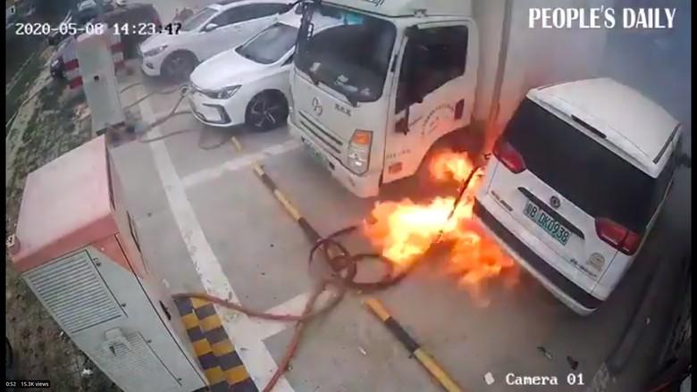 Mobil Listrik Terbakar saat Dicas