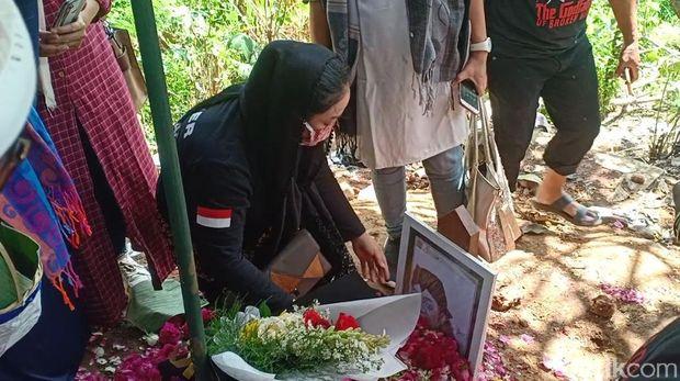 Yan Vellia di makam Didi Kempot /