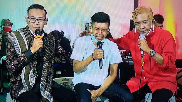 Putra Didi Kempot, yang berada di tengah memakai kaus putih, menangis