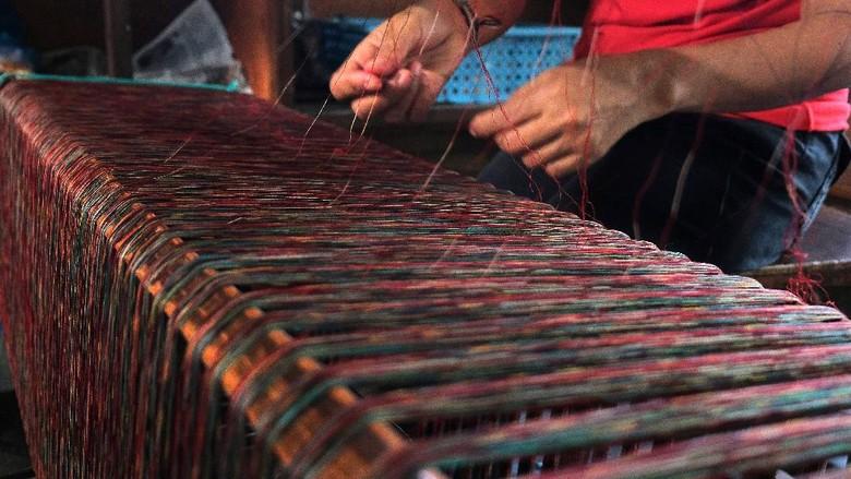 Bali terkenal dengan keindahan alam serta seni dan budayanya yang mempesona. Salah satunya adalah kain tenun endek yang kerap jadi oleh-oleh khas dari Bali.