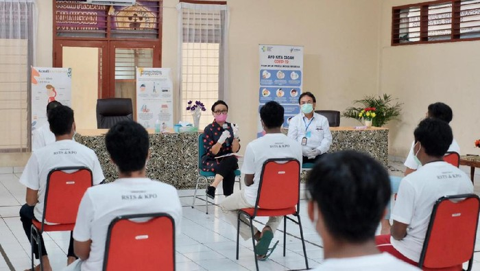 Menlu Retno bertemu 14 WNI ABK Kapal Long Xing 626. (Foto: dok Kemlu)