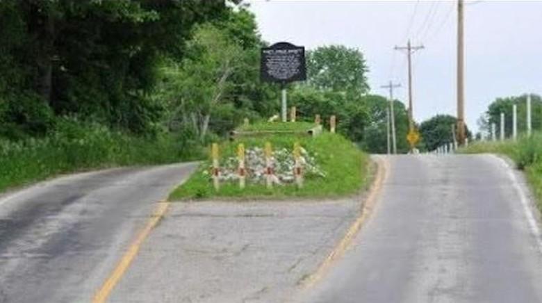 Kuburan di tengah jalan di Desa Amity, Indiana