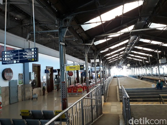 Suasana Stasiun Yogyakarta pascaangkutan umum dioperasionalkan lagi, Minggu (10/5/2020).