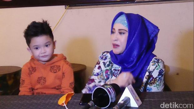 Cucu Elvy Sukaesih ciptakan lagu soal virus Corona