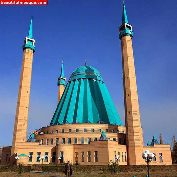Masjid Raya Mashkhur Jusup merupakan salah satu masjid dengan bentuk unik di Dunia. Seperti apa potret bangunan masjid yang berada di Kazahkstan itu? Yuk, lihat.
