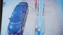 Detik-detik Pemobil Kabur Usai Isi Bensin Lalu Tabrak Motor di Jaktim