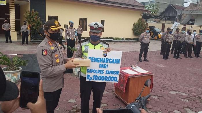 Brigadir Heri Ompusunggu mendapatkan penghargaan karena membantu menebus jenazah korban kecelakaan lalu lintas dari rumah sakit.