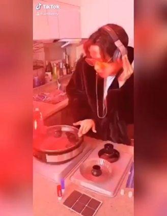 Henry Lau jadi DJ pakai perabotan dapur
