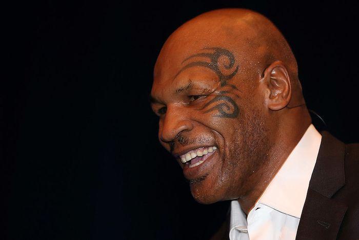 Mike Tyson setidaknya punya enam tato di tubuhnya. Tato di muka adalah yang paling terkenal dan jadi ciri khasnya. Apa arti dari tato tersebut?