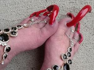 Cerita Wanita Raup Uang dari Kuku Kaki Panjang Meski Tak Bisa Pakai Sepatu