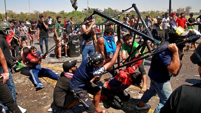Para pengunjuk rasa anti-pemerintah melakukan aksi blokade menutup Jembatan Jumhuriyah yang mengarah ke wilayah pemerintah Zona Hijau di Baghdad, Irak.