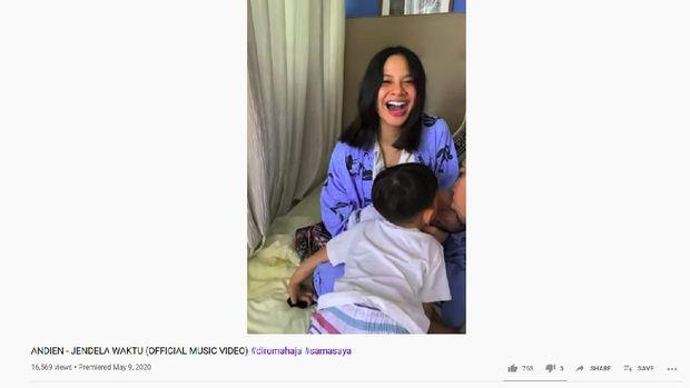 Andien Umumkan Kelahiran Anak Kedua Lewat Video Klip 'Jendela Waktu' (Screenshot Youtube Andien)