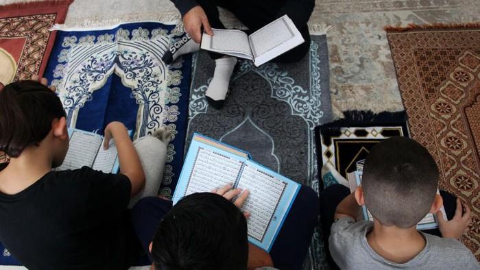 Umat Muslim sedunia melakukan ibadah puasa selama bulan Ramadan.  Seperti terlihat di keluarga Muslim di London dan Australia, mereka menikmati Ramadan dengan menyenangkan dan dipenuhi amalan puasa. Begini potretnya:
