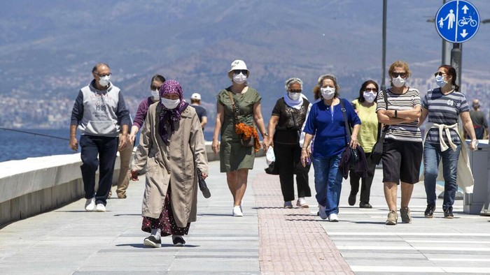 Warga Turki yang berusia 65 tahun ke atas mulai diperbolehkan keluar rumah. Sebelumnya mereka dilarang keluar rumah selama dua bulan terkait virus Corona.