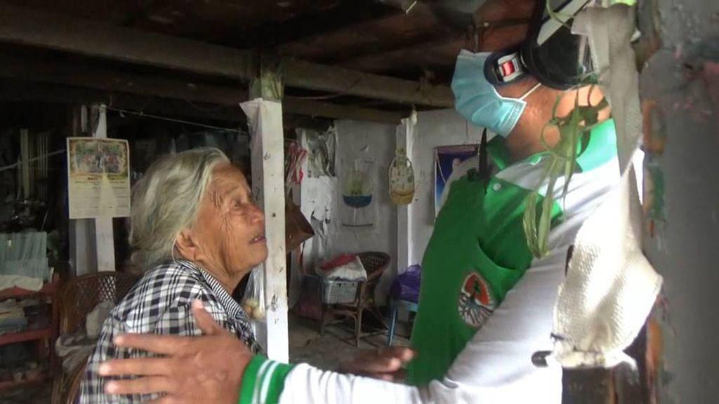 Bahagianya Nenek Helena Terima Sembako Akibat Pandemi Corona