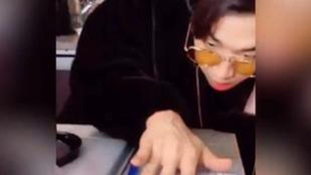 Gabut, Idol Korea Ini Bergaya Jadi DJ Pakai Perabotan Dapur
