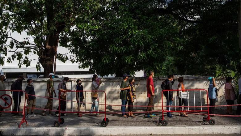 Ribuan warga Thailand mengantre untuk mendapatkan bantuan langsung saat pandemi di kawasan Bangkok.