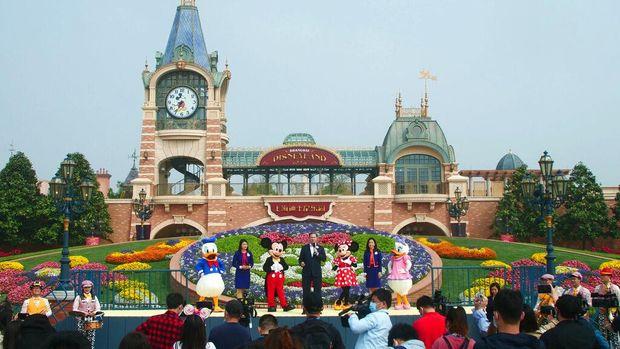 Disneyland Shanghai dibuka kembali mulai hari ini. Beberapa bagian yang dibuka lagi untuk umum adalah tempat perbelanjaan, restoran, dan wahana hiburan.