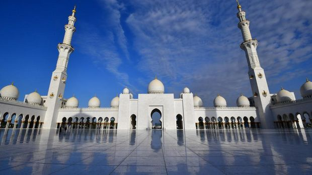 This picture taken on February 4, 2019 shows a view of the courtyard of Sheikh Zayed Grand Mosque in Abu Dhabi, as Pope Francis arrives to visit. (Photo by Giuseppe CACACE / AFP)