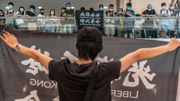 Demonstran anti-pemerintah yang memegang spanduk Liberate Hong Kong, Revolution Of Our Times saat demonstrasi di sebuah pusat perbelanjaan pada 10 Mei 2020 di Hong Kong, Cina.