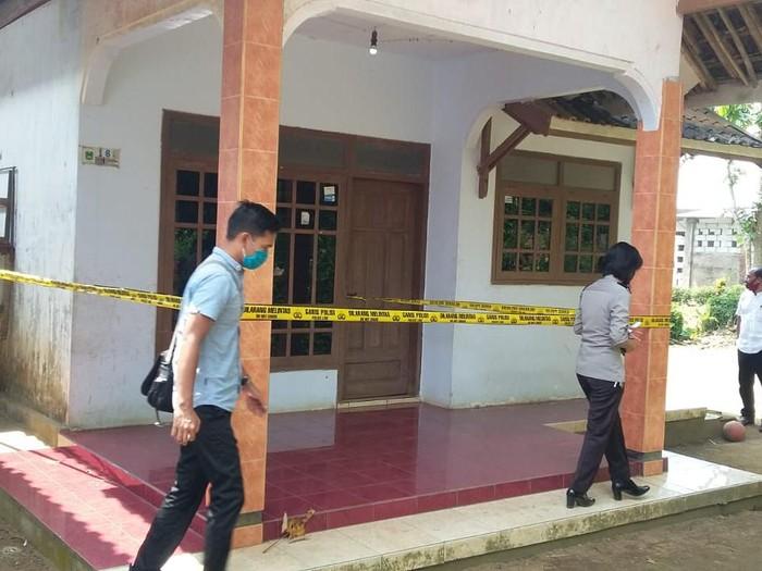 Polisi menahan Sudi (40), pria yang menyerang satu keluarga hingga menewaskan seorang balita. Soal dugaan pelaku mengalami gangguan jiwa akan diselidiki dengan melibatkan dokter kejiwaan.