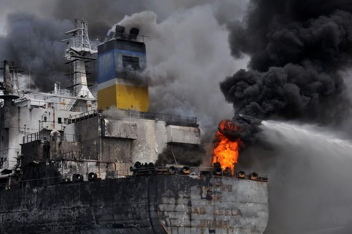 Kapal tanker MT JAG LEELA terbakar di Pelabuhan Belawan Medan, Sumatera Utara, Senin (11/5/2020). Penyebab terbakarnya kapal tanker MT JAG LEELA yang sedang dalam perawatan atau docking di galangan kapal milik PT Waruna Nusa Sentana Shipyard tersebut belum diketahui dan masih diselidiki. ANTARA FOTO/Septianda Perdana/wsj.