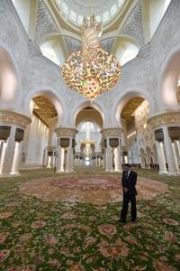 Masjid itu memiliki lampu gantung yanng masuk daftar Guinness Book of Records dengan diameter 10 meter, tinggi 15 meter dan stainless steel berlapis emas 24 karat dan kristal Swaroski. (AFP/GIUSEPPE CACACE)