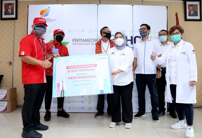 Telkomsel melalui Yayasan BUMN kembali menyalurkan 100.000 alat medis untuk yang membutuhkan. Alat medis itu ventilator, alat pelindung diri (APD) seperti baju hazmat, thermogun infrared, masker, serta perlengkapan medis lainnya.