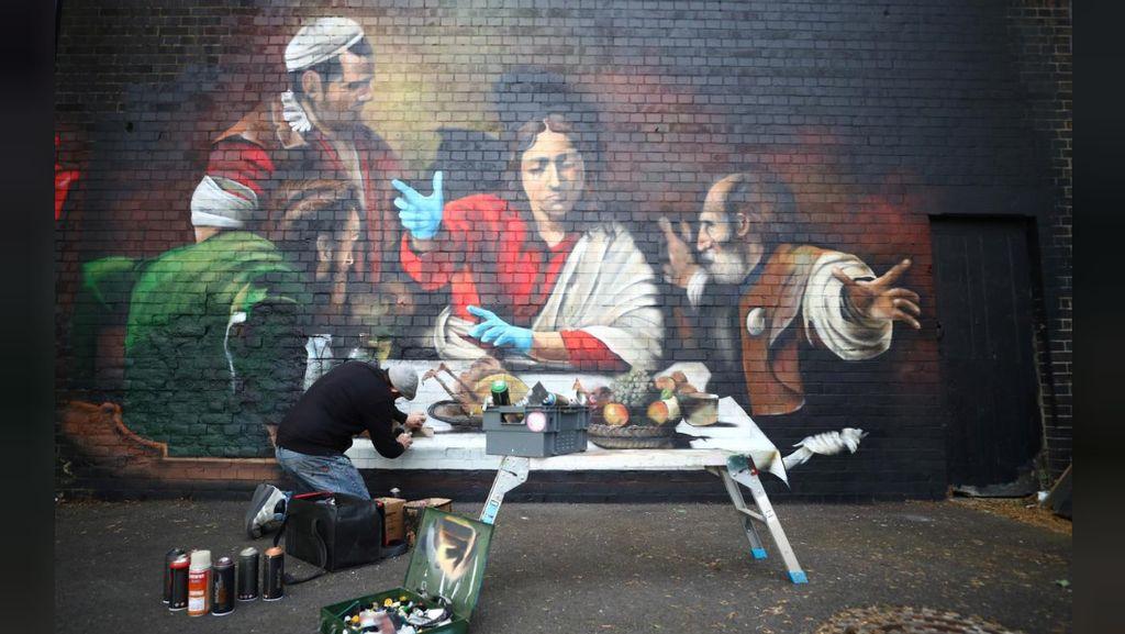 Mural Yesus Kenakan Sarung Tangan Bedah Muncul di London
