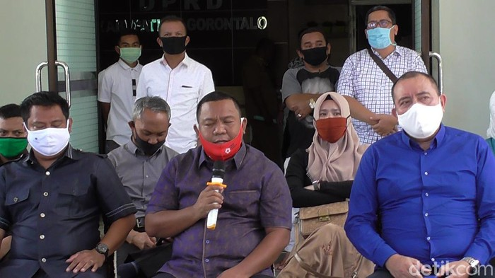 Ketua DPRD Kabupaten Gorontalo bersama semua fraksi di DPRD (Ajis Khalid/detikcom)