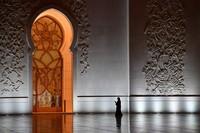 Lantai masjid ini dilapisi dengan karpet seluas 5.625 meter persegi. Karpet itu dikerjakan 1.300 pengrajin asal Iran menggunakan 35 ton benang wol dan 12 ton kapas. (AFP/GIUSEPPE CACACE)