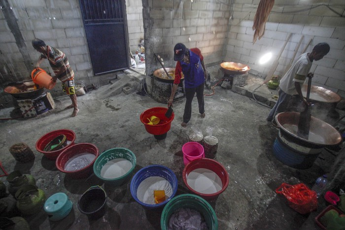 Pekerja meyelesaikan pembuatan dodol di rumah produksi dodol Bojong Indiraf, Bojong Gede, Kabupaten Bogor, Jawa Barat, Selasa (12/5/2019). Produksi dodol dengan berbagai varian rasa seperti duren, ketan item dan orisinal tersebut mengalami peningkatan hingga 80 persen dari hari biasanya jelang Lebaran dan dipasarkan ke sejumlah wilayah di Jabodetabek. ANTARA FOTO/Yulius Satria Wijaya/foc.