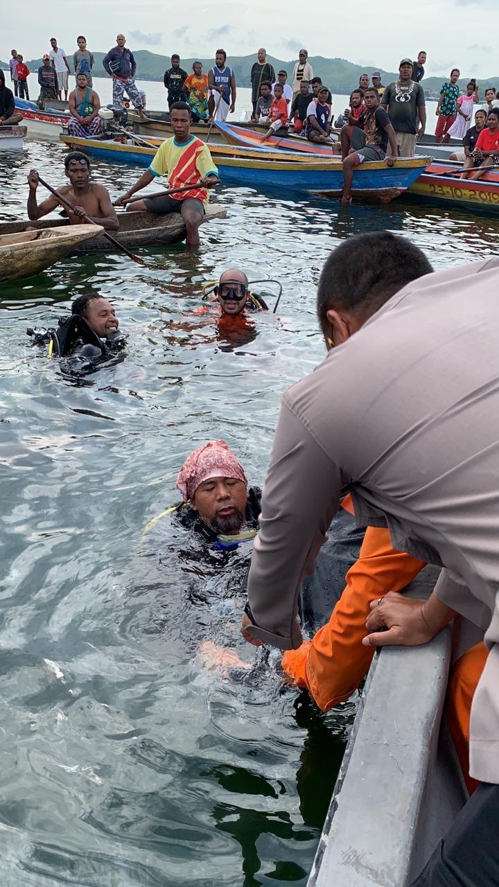 Proses evakuasi Pesawat MAF Jatuh di Danau Sentani, Papua.