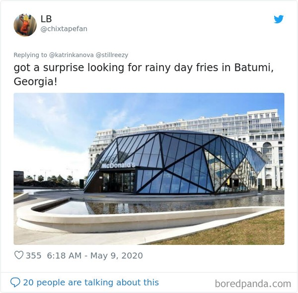 Takjub saat hujan bila di McDonalds Batumi, Georgia. (Bored Panda)